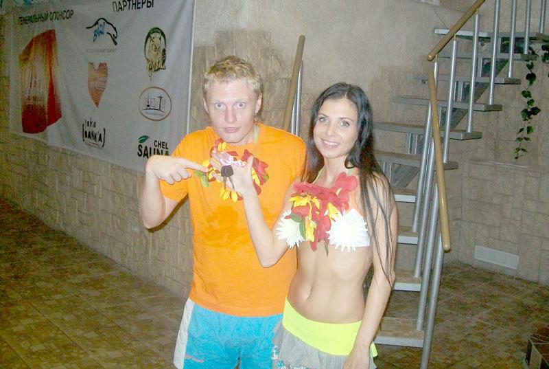 Парни разводят двух девушек в сауне